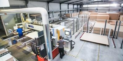 Bild: Automatisiertes Plattenlager und Zuschnittzentrum bei REISS Büromöbel in Bad Liebenwerda: die automatische Maschinendatenrückmeldung und integrierte Verschnittoptimierung von VlexPlus sorgen für minimalen Ressourceneinsatz und zuverlässige Nachkalkulationen