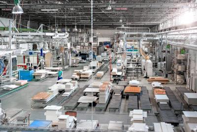 REISS verfügt über modernste CNC-Anlagen für Plattenzuschnitt, Kantenbeschichtung, Bohren, Fräsen oder Dübeln. Dank Datenvernetzung zwischen Konstruktion, Arbeitsvorbereitung und Fertigung bleibt das Unternehmen dabei hoch flexibel.