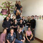 """Rund 15 Mitarbeiter der Netzlink Informationstechnik GmbH und das Team der Schulkindbetreuung Broitzem im Einsatz beim Aktionstag """"Brücken bauen 2019""""."""